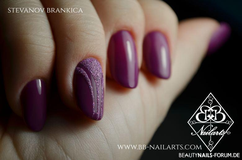 Nailart In Trendfarbe Violett Nageldesign