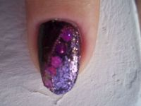 Nailart mit Pailetten und Microperlen in lila Nageldesign