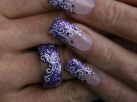 Nailart mit Ring in Lila-Glitter mit Schnörkeln Nageldesign