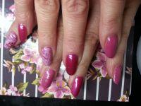 Naturnagelverstärkung Pink-Rosamix und Stamping Nageldesign