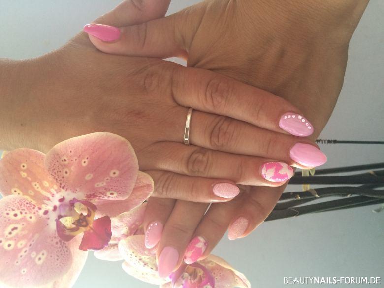 Neon pink mit leichtem Rosé Nageldesign