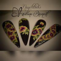 One Stroke schwarz mit Blumen-Nailart Nageldesign