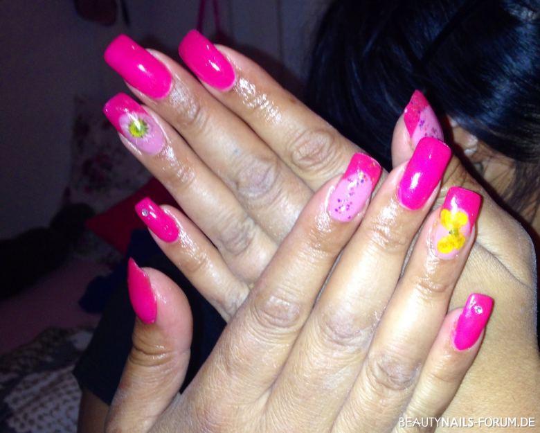 Pink fullcover & french mit getrockneten Blumen Nageldesign