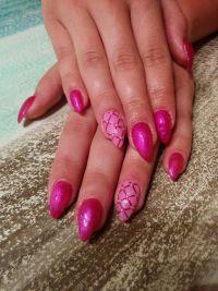 Pink mit Karos Nageldesign