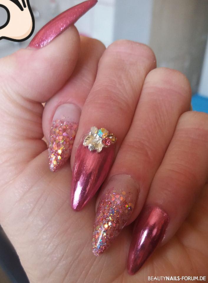 Pink Nails mit Glitter und Strass - spitze Form Nageldesign