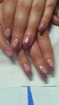 Pinkes Leo Glitter Design auf nude Nails Nageldesign