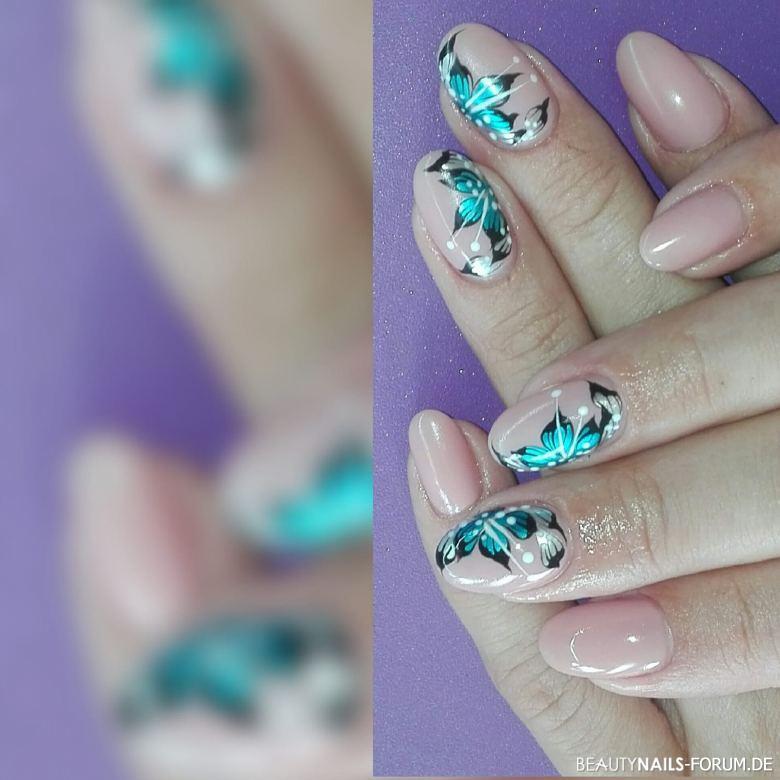 pinsel-Malerei türkisfarbene Blüten auf nude Nägeln Nageldesign