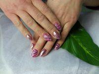Rosa Chrome-Nägel mit Streifendesign Nageldesign