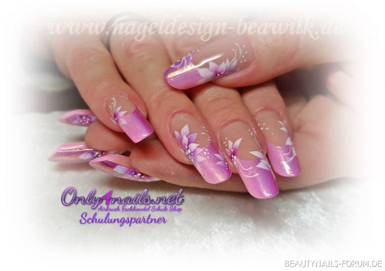 rosa Pink mit Meerjungfrauen Pigment Nageldesign