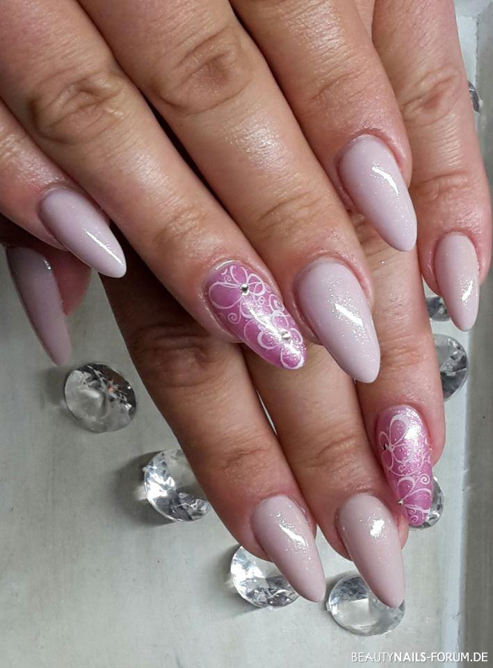 Russische Mandel mit Stamping und Swarowski Nageldesign rosa nude - Stiletto Tips, gefeilt wie russische Mandel. Farbgel Sparkle Nailart