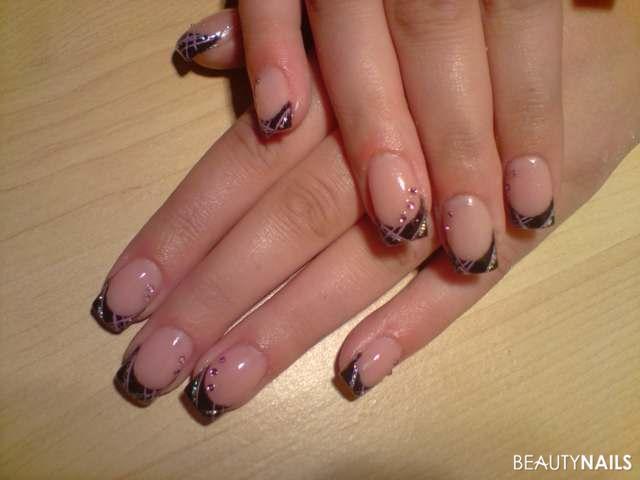 schwarzes french mit lila und glitzer streifen Nageldesign