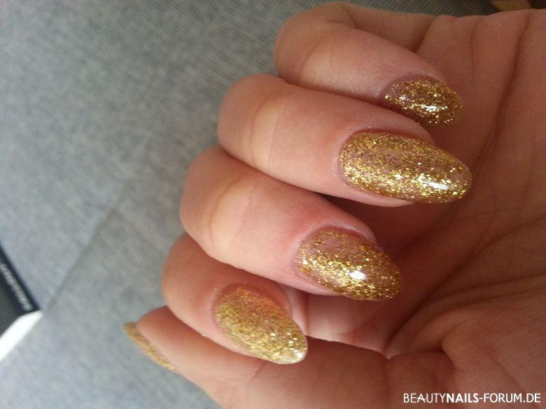 Silvester Party Nails in Goldglitzer-Design