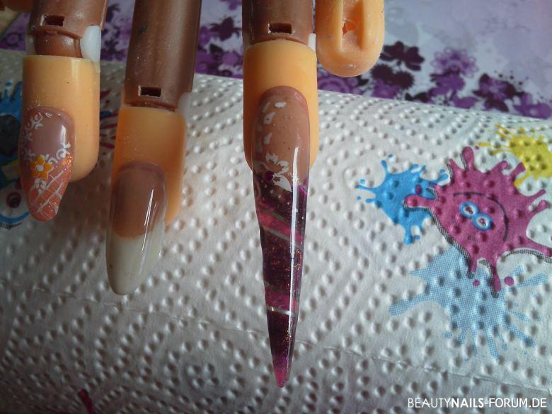 Stiletto in lila und rosa mit grauen stripes und blume Nageldesign
