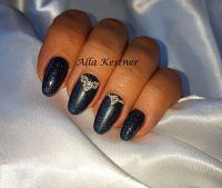Tolles Nageldesign in nachtblau mit Strasssteinen Nageldesign