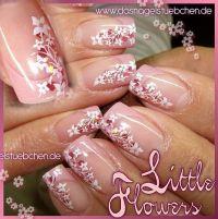 Viele kleine Blümchen in weiß/rosa Nageldesign