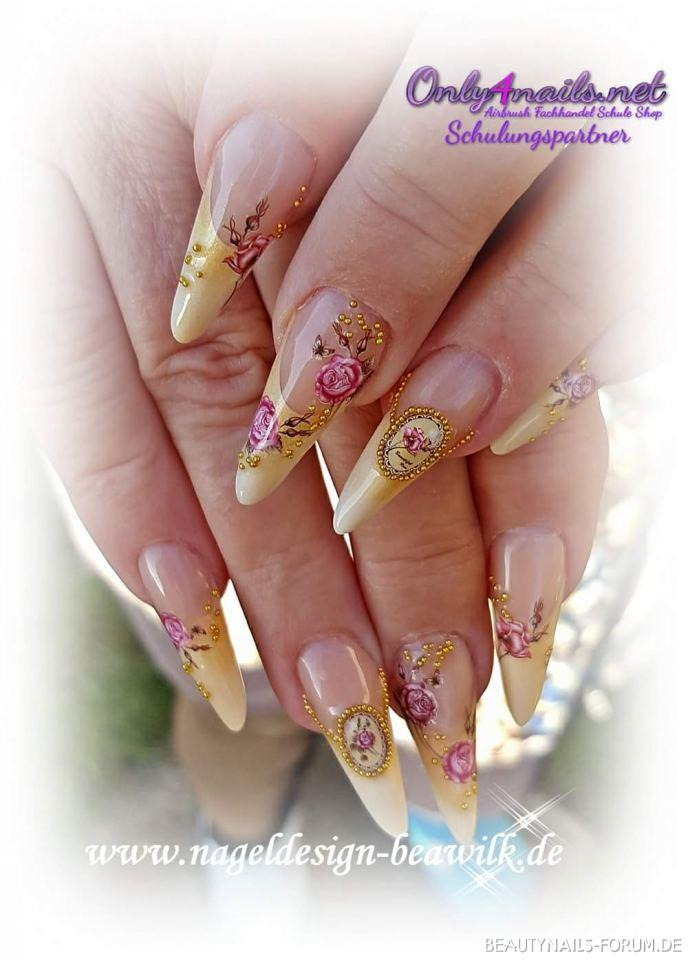 Vintage Nageldesign Stiletto in gelb/gold Nageldesign