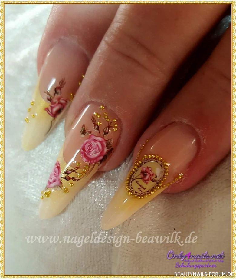 vintage nailart mit gold und rosenmotiven nageldesign. Black Bedroom Furniture Sets. Home Design Ideas