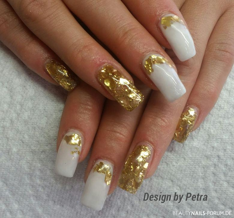 wei e geln gel mit gold flakes nageldesign