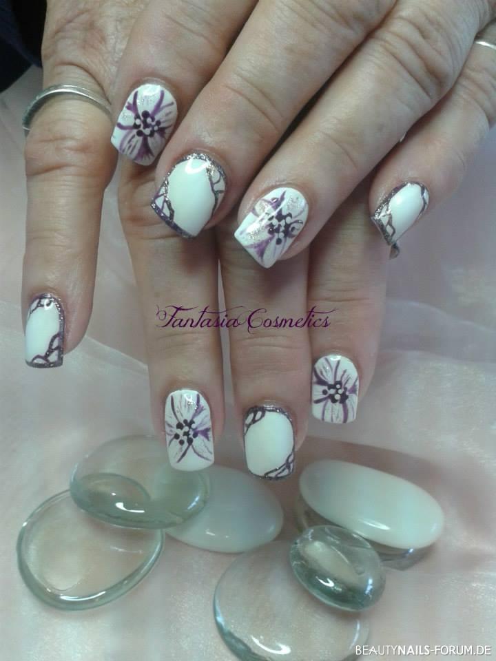 weiße Nägel mit lila Motiv Nageldesign