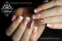 Weisses French mit Schmucknagel in Glittergold Nageldesign
