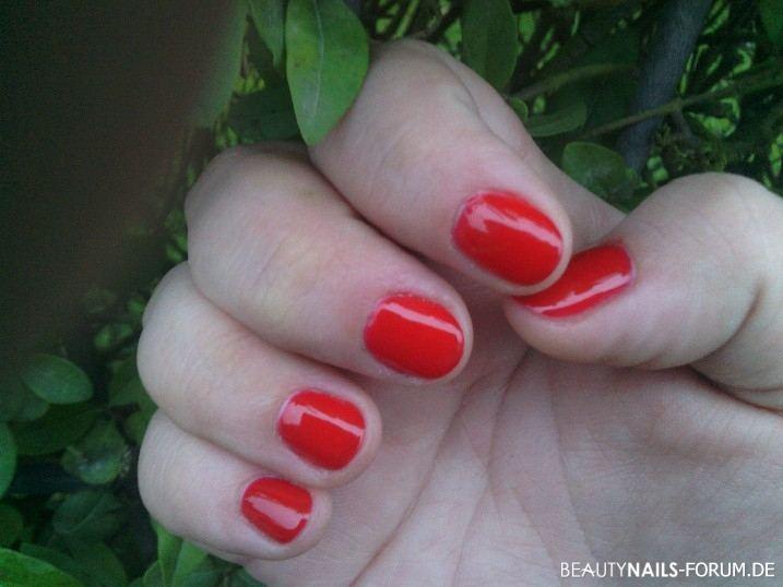 Naturnägel mit O.P.I. UV-Nagellack in rot Naturnägel