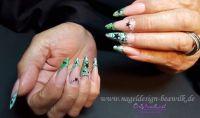 Stiletto-Nailart grünes French mit schwarzen Sternen Stilettos
