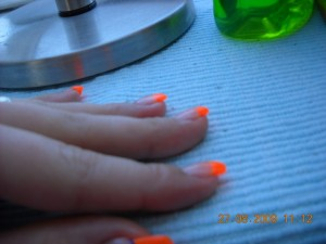 2 Neon Nägel in Anfänger Nageldesign