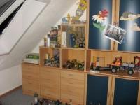 Schrankwand mit Regalen an der Schräge Schlafzimmer umgestalten in Small Talk