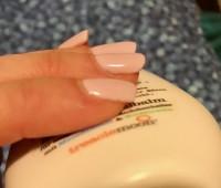 seitlich der Nagel der 3 Wochen hielt. ich liebe die Farbe Studionägel halten nicht, woran kann das liegen? in Gelnägel