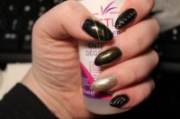 Linke Hand Mandel in Schwarz Gold in Anfänger Nageldesign