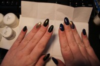 Links meine Modellage, Rechts vorherige Modellage aus Make up shop Mandel in Schwarz Gold in Anfänger Nageldesign