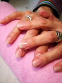 Babyboomer am Naturnagel Rosenquarz Tips mit laveni in Anfänger Nageldesign