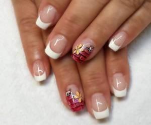 Aufbau mit Fiberglasgel, zwei Nägel mit Pinselmalerei. Spitzen mit weißem  Modellage mit Fiberglas-Gel: in Fiberglas